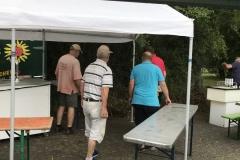 Fleißige Helfer beim Aufbau
